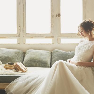 マタニティウェディングドレスを着た花嫁