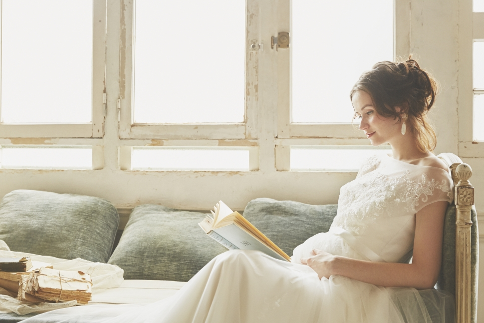 本を読むマタニティ花嫁