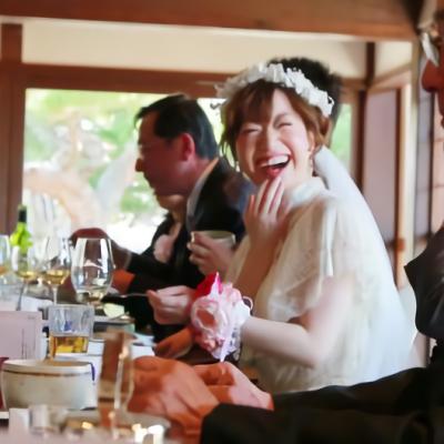ゲストと一緒に食事を楽しむ花嫁