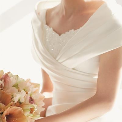 デコルテをきれいに見せるオフショルダーのウェディングドレス