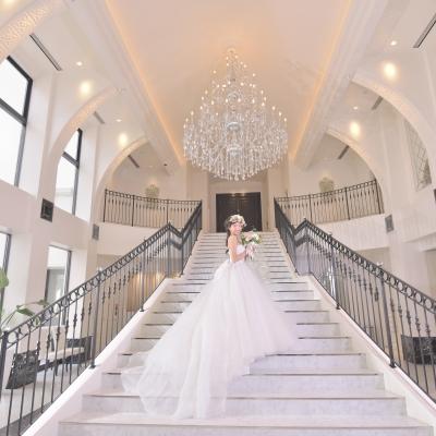 結婚式場「記憶の森」の正面玄関にある大階段