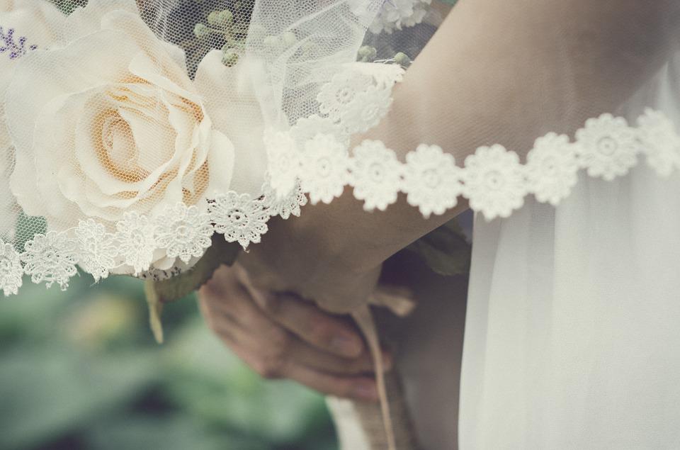 お花を持つ花嫁