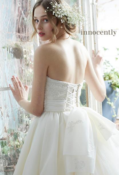 ウェディングドレスを着た花嫁の後姿