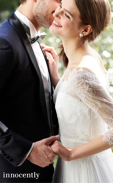 袖付きのウェディングドレスを着た花嫁