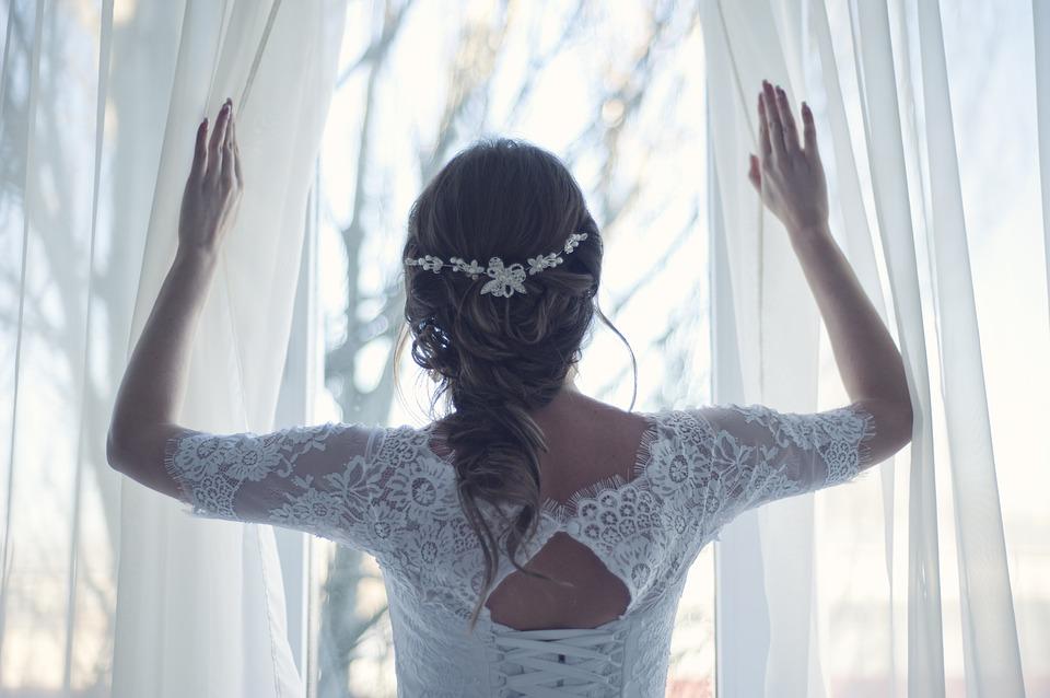 窓を開ける花嫁