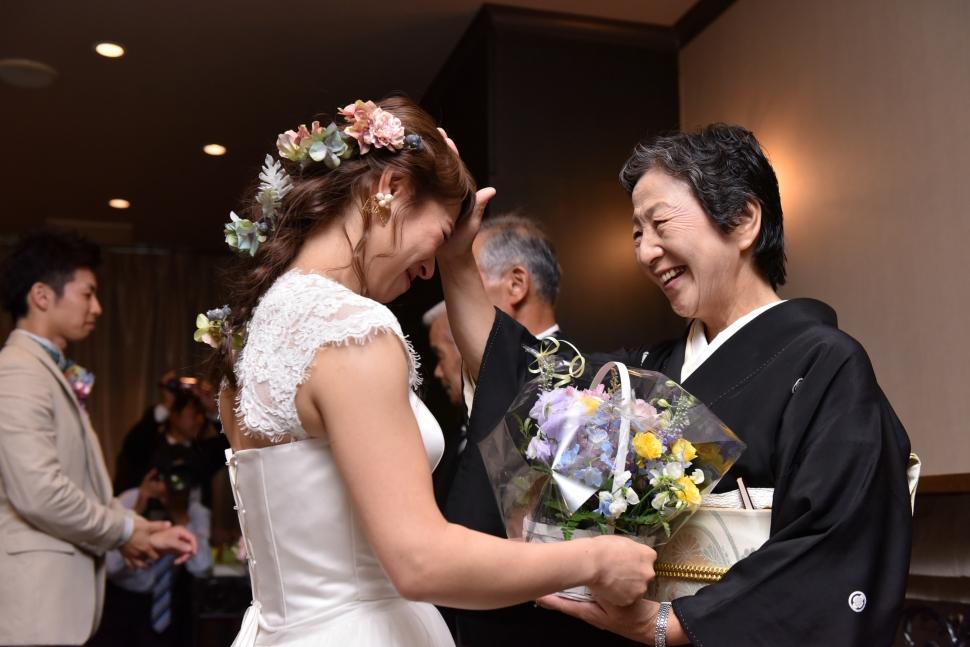 母にプレゼントを渡す花嫁