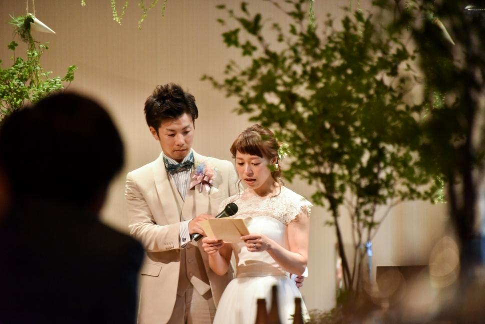 感謝の手紙を読む花嫁