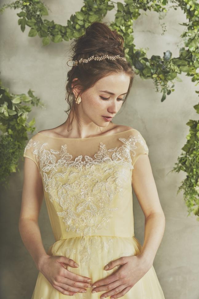 イエローのマタニティウェディングドレスを着る新婦