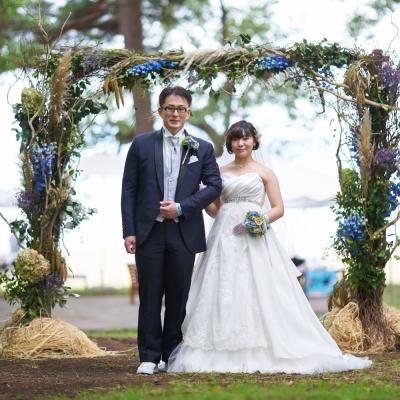 公園で結婚式をする新郎新婦