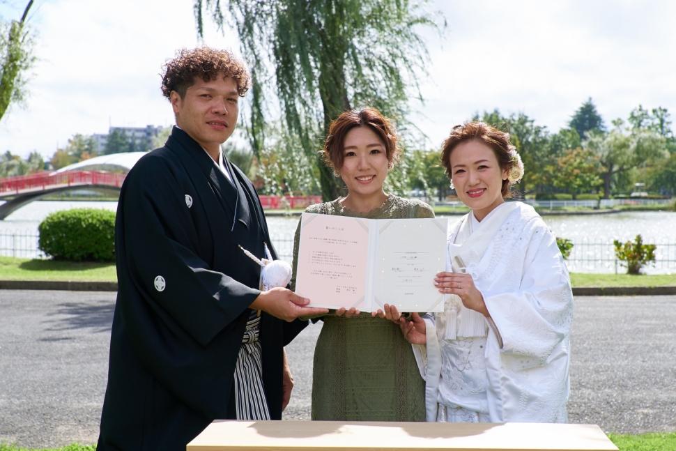 結婚証明書を披露する新郎新婦と新婦妹