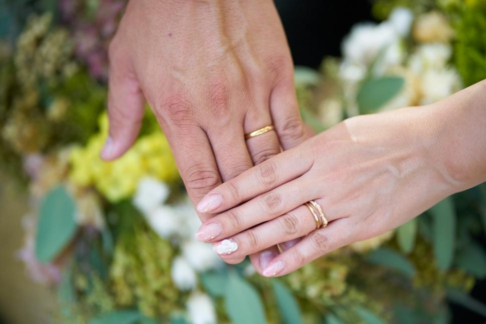 指輪をはめた新郎新婦の手