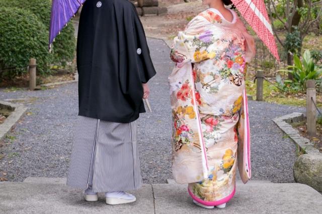 番傘を持つ新郎新婦