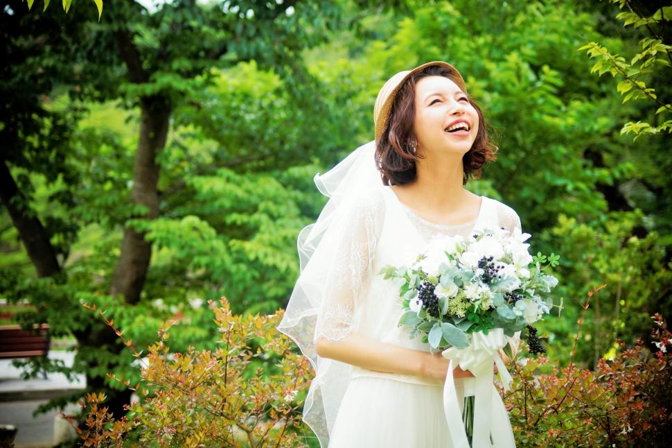 ガーデンにいるウェディングドレスを着た花嫁