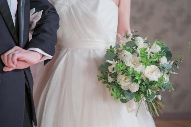 ウェディングドレスを着る花嫁