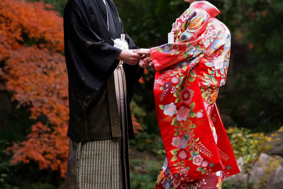 和装を着て手を取り合う新郎新婦